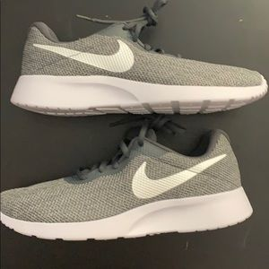 Wmns Nike tanjun se size 9 women
